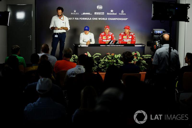 Matteo Bonciani, delegado de medios de la FIA, Valtteri Bottas, Mercedes AMG F1 W08, ganador de la pole Sebastian Vettel, Ferrari y Kimi Raikkonen, Ferrari