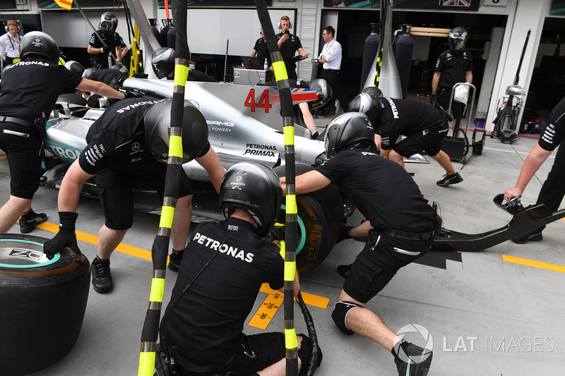 Mercedes AMG F1 W08 pit stop