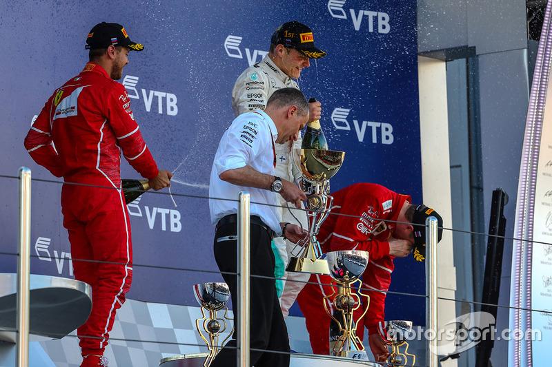 Valtteri Bottas, Mercedes AMG F1, Sebastian Vettel, Ferrari, Kimi Raikkonen, Ferrari and Tony Ross, Mercedes AMG F1 Race Engineer