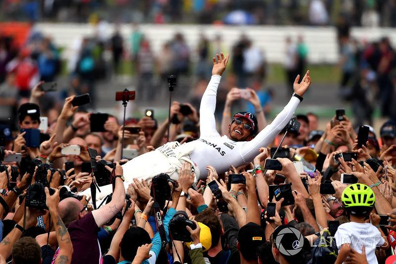 Lewis Hamilton a rajongókkal - Silverstone