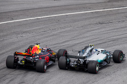 Valtteri Bottas, Mercedes AMG F1 W08, Daniel Ricciardo, Red Bull Racing RB13