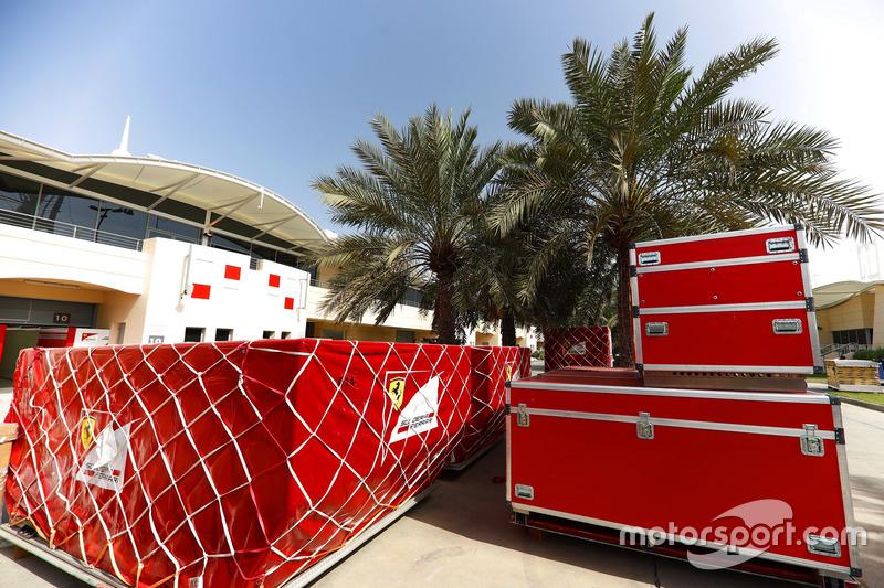 Carga de Ferrari en el paddock