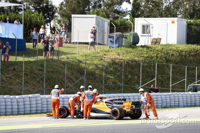 Эвакуация McLaren MCL32 Фернандо Алонсо с трассы