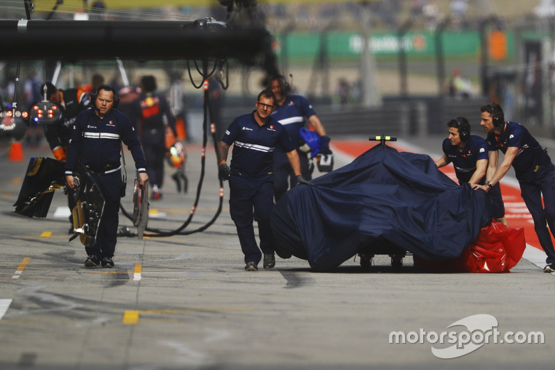 Персонал команды Sauber возвращает разбитый C36 Антонио Джовинацци в боксы