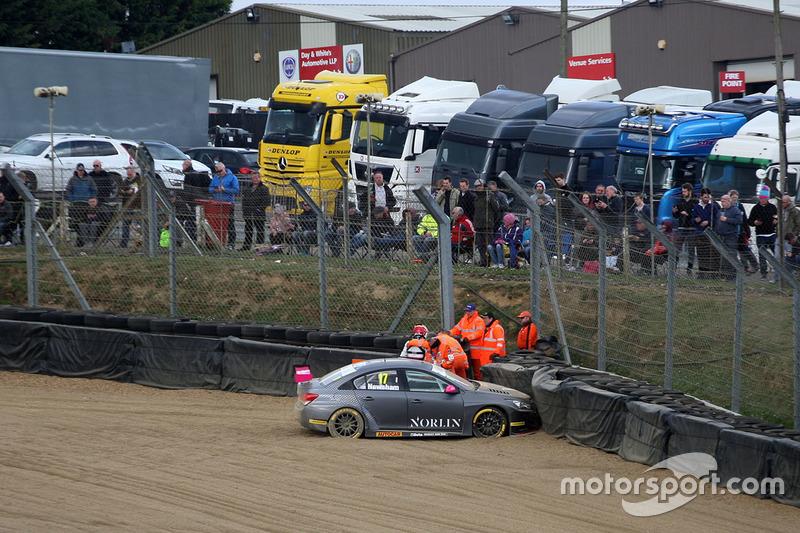 Crash: Dave Newsham, BTC Norlin Racing, Chevrolet Cruze