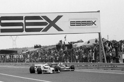 Рене Арну, Renault RS10, и Джоди Шектер, Ferrari 312T4