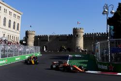 Стоффель Вандорн, McLaren MCL32, и Джолион Палмер, Renault Sport F1 Team RS17