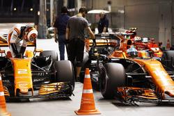 Stoffel Vandoorne, McLaren, Fernando Alonso, McLaren, nel parco chiuso