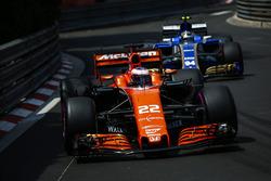 Jenson Button, McLaren MCL32; Pascal Wehrlein, Sauber C36