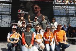 Stoffel Vandoorne, McLaren, Jenson Button, McLaren, F1 Fanzone sahnesinde