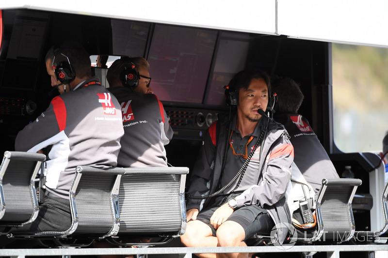 Ayao Komatsu, Haas F1 Engineer on the pit wall gantry