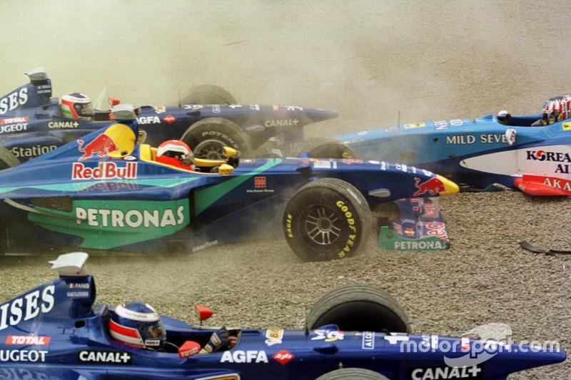 Choque de Jarno Trulli, Olivier Panis, Prost AP01; Johnny Herbert, Sauber y Alexander Wurz, Benetton
