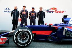 Франц Тост, глава команды Scuderia Toro Rosso, Даниил Квят, Карлос Сайнс-мл., Scuderia Toro Rosso STR12, Джеймс Ки, технический директор Scuderia Toro Rosso