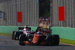 Фернандо Алонсо, McLaren MCL32, и Эстебан Окон, Force India VJM10