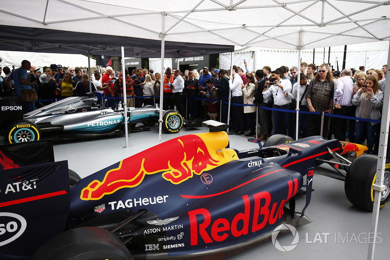 El Red Bull Racing RB13 junto con el Mercedes AMG F1 W08 en la pantalla