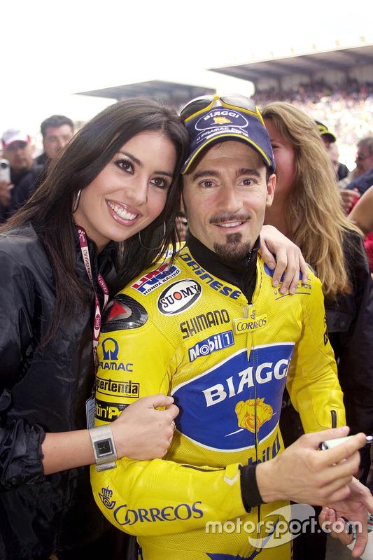 Max Biaggi, Pramac Pons con una chica hermosa r
