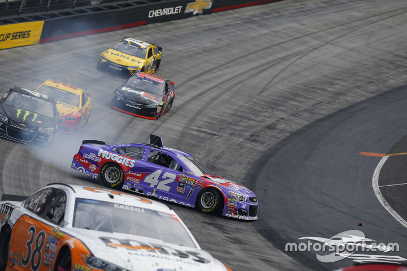 Kyle Larson, Chip Ganassi Racing Chevrolet in trouble