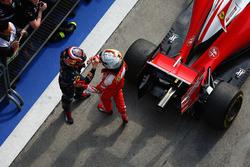 Даниил Квят, Red Bull Racing и Себастьян Феттель, Ferrari после финиша в закрытом парке