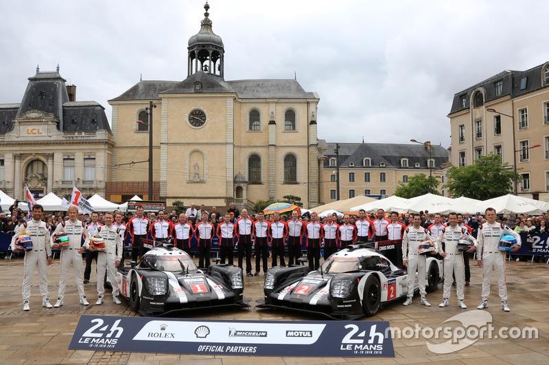 #1 Porsche Team Porsche 919 Hybrid: Тімо Бернхард, Марк Веббер, Брендон Хартлі та #2 Porsche Team Po