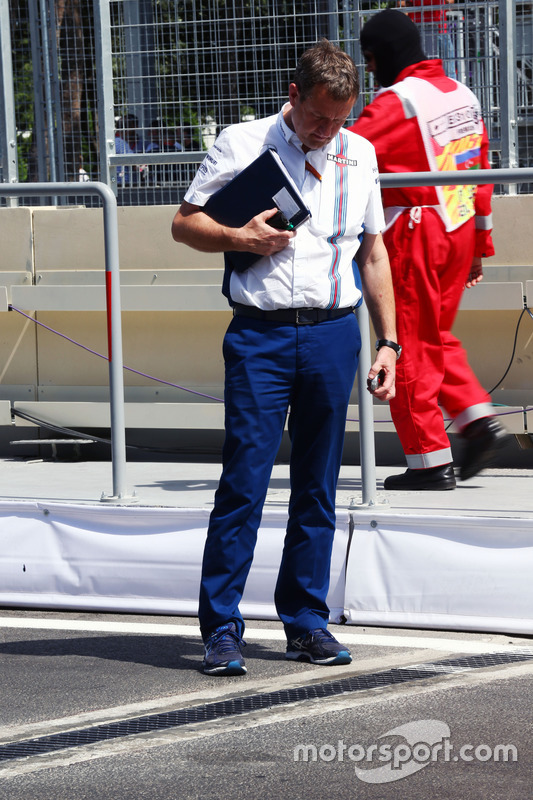 Steve Nielsen, director deportivo de Williams  ve  la tapa de desagüe que daña la FW38 Williams de Valtteri Bottas (aleta)