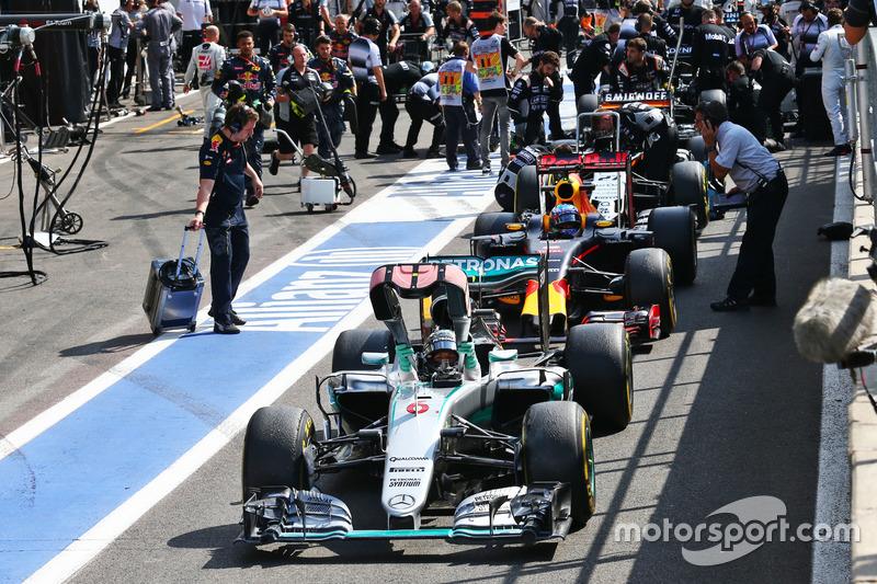 Nico Rosberg, Mercedes AMG F1 W07 Hybrid ai box mentre la gara è sospesa