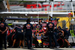 Daniil Kvyat, Red Bull Racing RB12 in de pits