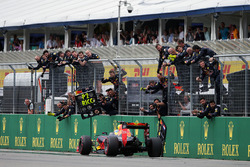 Даниэль Риккардо, Red Bull Racing RB12 празднует финиш на втором месте в конце гонки