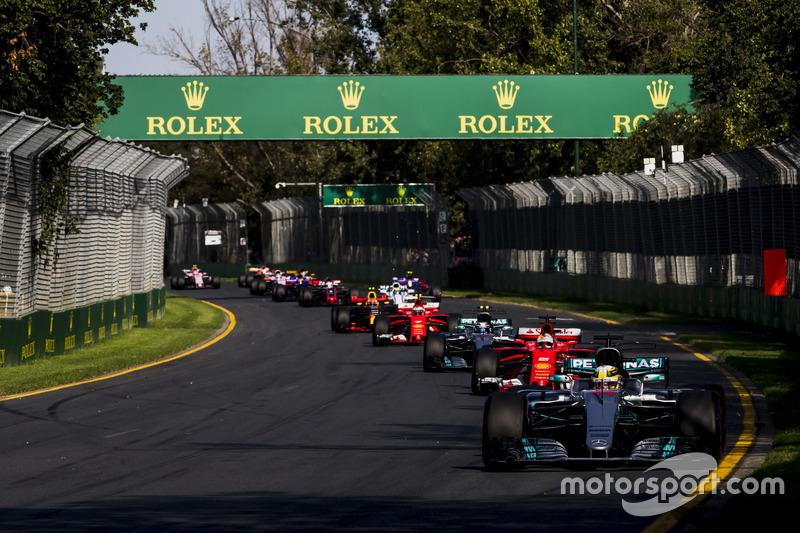Lewis Hamilton, Mercedes AMG F1 W08,  Sebastian Vettel, Ferrari SF70H, Valtteri Bottas, Mercedes AMG F1 W08 y el resto de la parrilla
