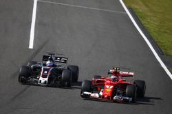 Romain Grosjean, Haas F1 Team VF-17, en lutte avec Kimi Raikkonen, Ferrari SF70H