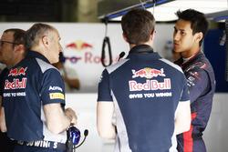 Franz Tost, teambaas Scuderia Toro Rosso, met Sean Gelael, Scuderia Toro Rosso in de garage
