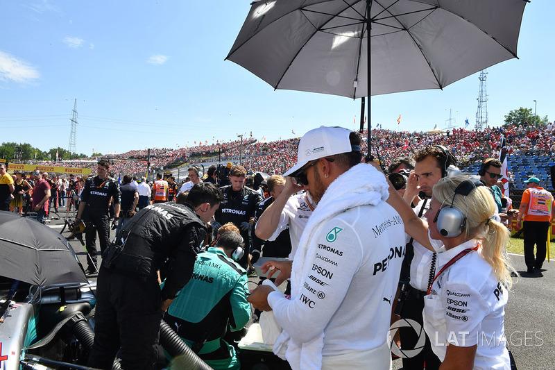 Lewis Hamilton, Mercedes AMG F1 W08 en la parrilla