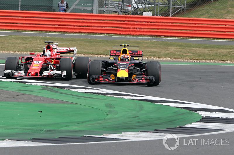 Себастьян Феттель (Ferrari SF70H) змагається з Максом Ферстаппеном (Red Bull)