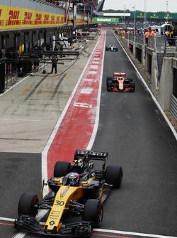 Jolyon Palmer, Renault Sport F1 Team RS17, Stoffel Vandoorne, McLaren MCL32 and Lewis Hamilton, Merc