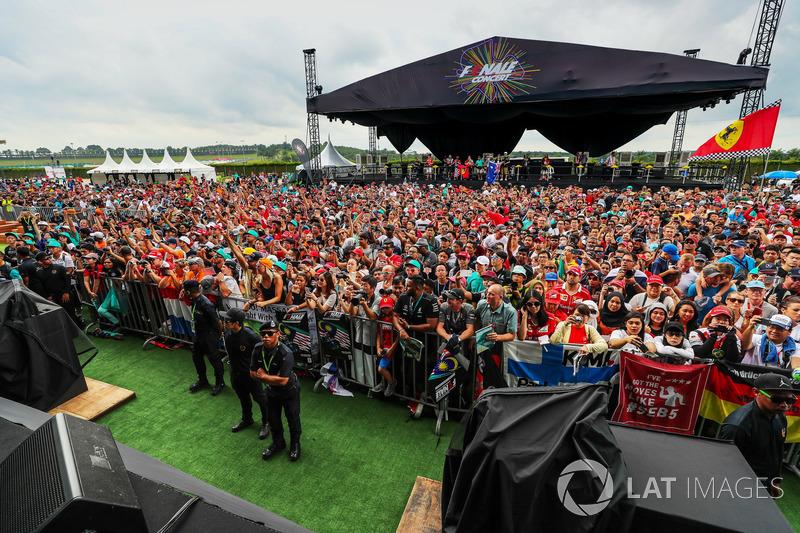 O que também não impediu a presença dos fãs em grande número.