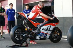 La Ducati de Jorge Lorenzo sous le regard de membres de l'équipe Yamaha