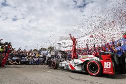 Sébastien Bourdais, Dale Coyne Racing Honda fête sa victoire sur la Victory Lane