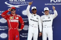 Ganador de la pole Lewis Hamilton, Mercedes AMG F1, segundo lugar Valtteri Bottas, Mercedes AMG F1, tercer lugar Kimi Raikkonen, Ferrari