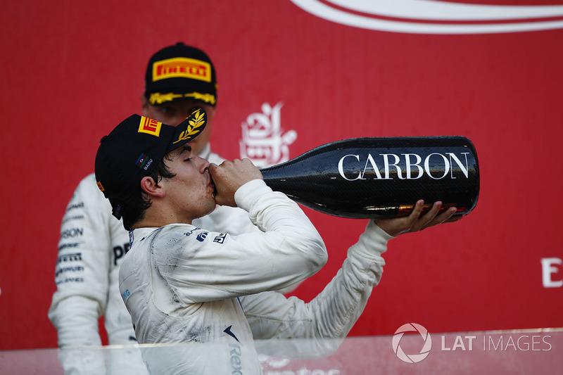 Lance Stroll, Williams, bebe champán en el podio por delante de Valtteri Bottas, Mercedes AMG F1