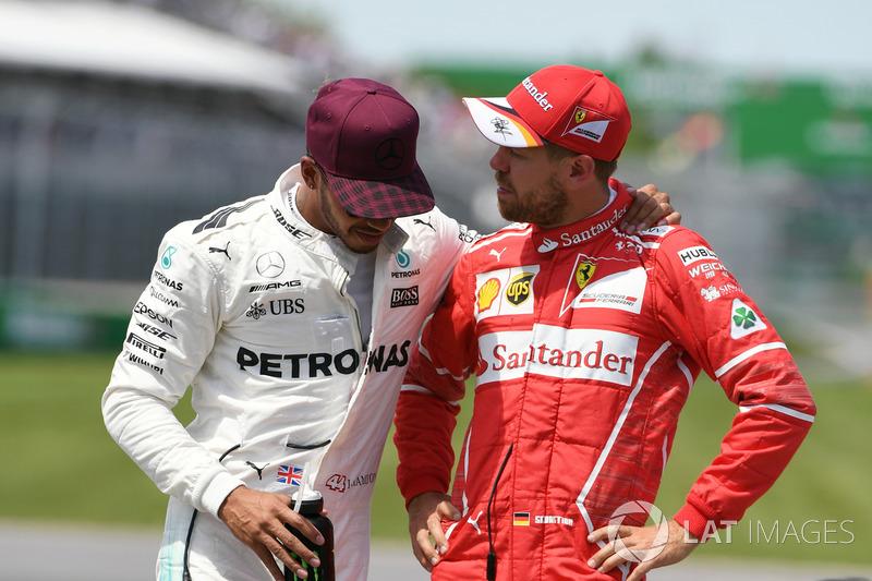 Гонщик Mercedes AMG F1 Льюис Хэмилтон и пилот Ferrari Себастьян Феттель в закрытом парке