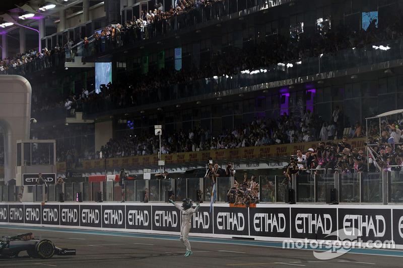 Nico Rosberg, Mercedes AMG F1 celebra su segunda posición y Campeonato del mundo al final de la carr