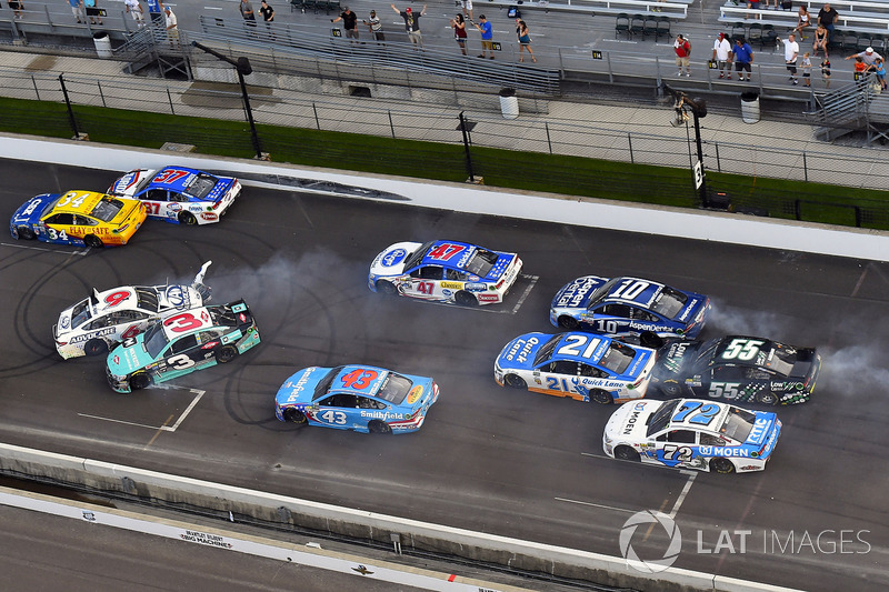 7. Choque entre Austin Dillon, Richard Childress Racing Chevrolet, y Trevor Bayne, Roush Fenway Racing Ford