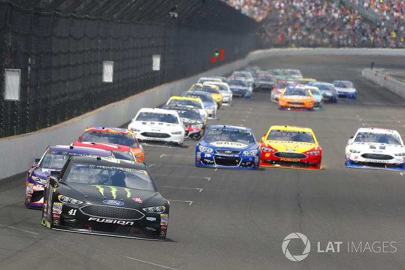 Kurt Busch, Stewart-Haas Racing Ford, Stewart-Haas Racing, Ford Fusion, Denny Hamlin, Joe Gibbs Racing Toyota