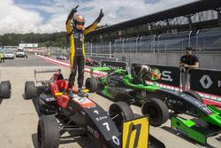 Ganador de la carrera Max Fewtrell, Tech 1 Racing