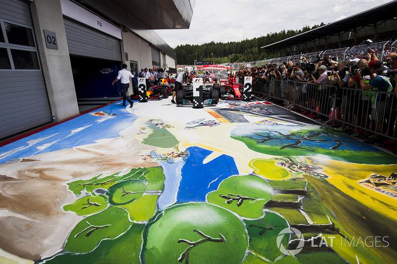 Na Áustria, um quadro sobre o asfalto retratou os esportes radicais do país.