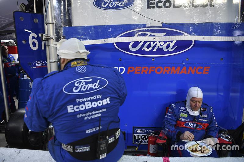 Ford Performance Chip Ganassi Racing teamleden houden pauze