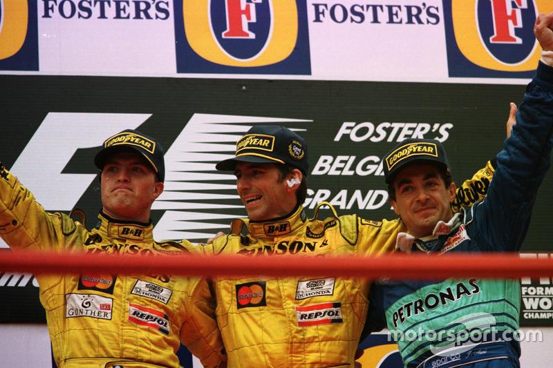 Podium : le vainqueur Damon Hill, Jordan, le second Ralf Schumacher, Jordan; le troisième Jean Alesi, Sauber