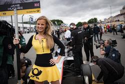 Chica de la parrilla para Jake Hughes, Hitech Grand Prix, Dallara F317 - Mercedes-Benz