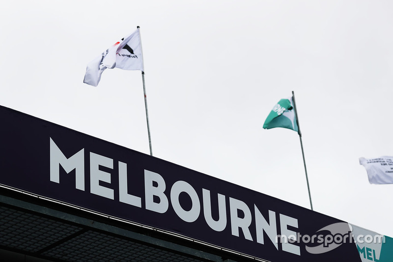 Banderas sobre el pit lane