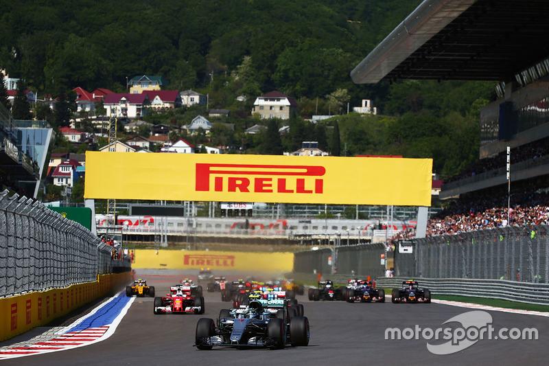 Nico Rosberg, Mercedes AMG F1 Team W07 lidera al inicio de la carrera