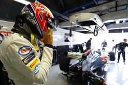 Jenson Button, McLaren se pone su casco